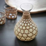 Carafe en verre transparent et rotin naturel