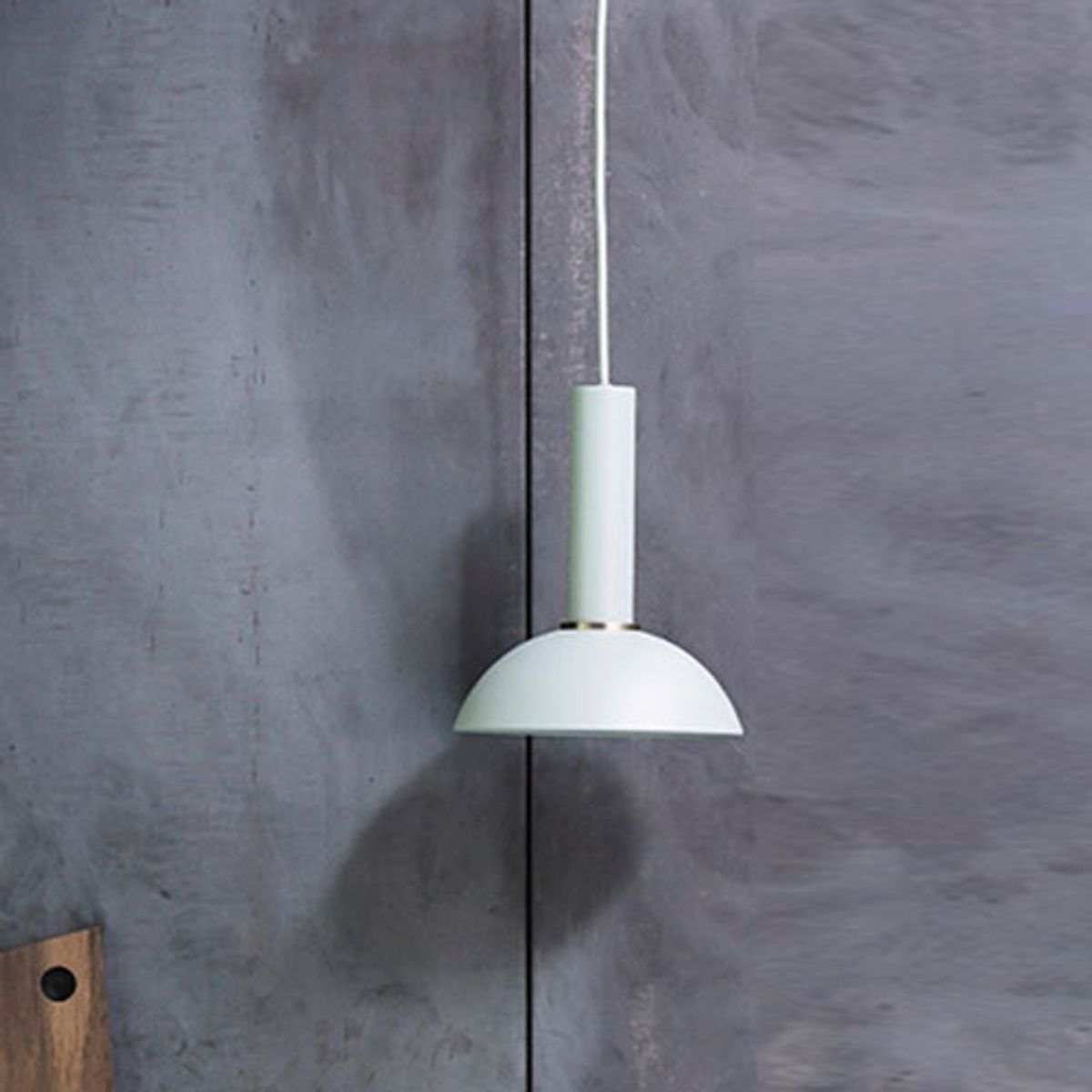 Suspension dôme en métal dusty blue et bague en laiton Ferm Living