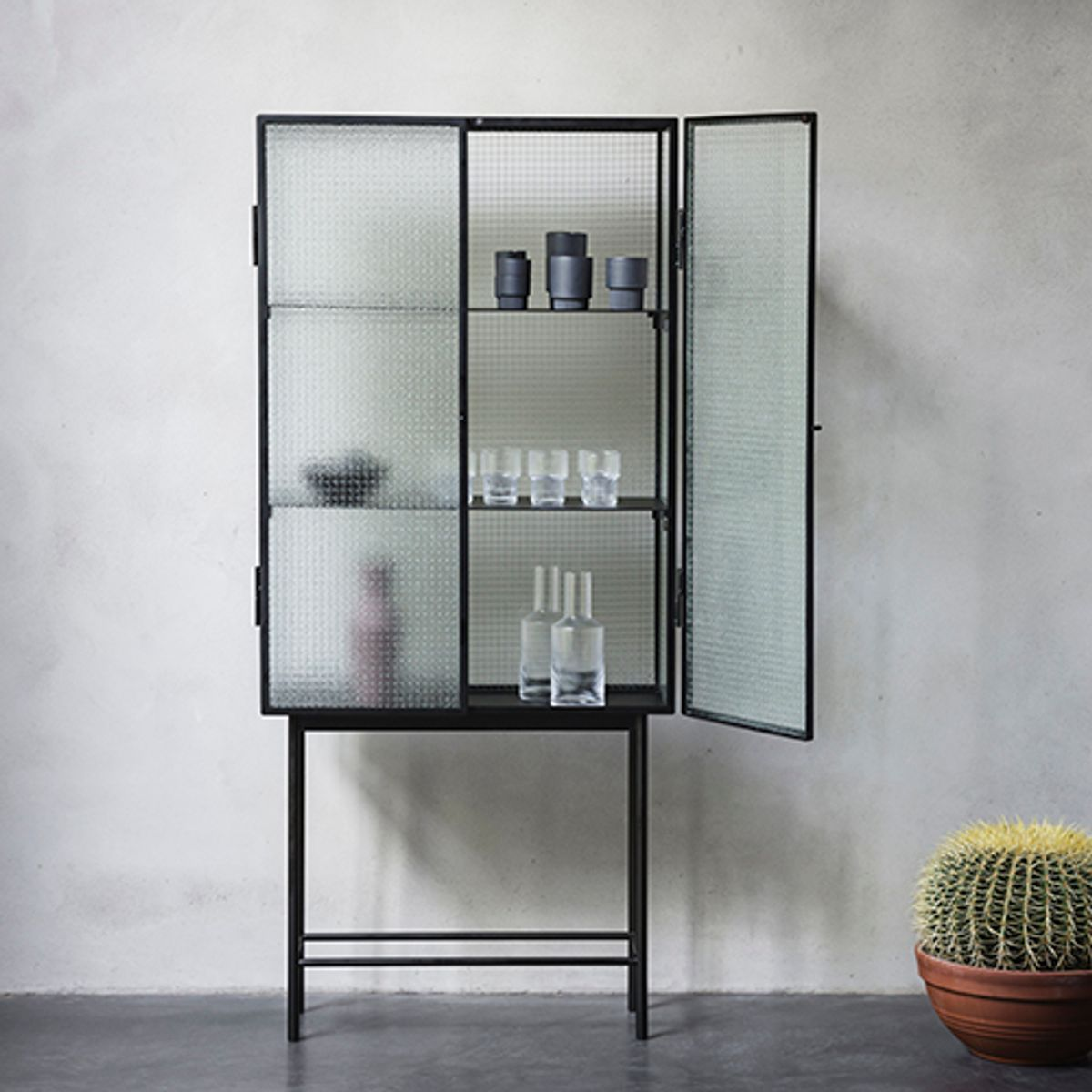 vitrine vaisselier en verre arm et m tal noir 2 tag res haze ferm living decoclico. Black Bedroom Furniture Sets. Home Design Ideas