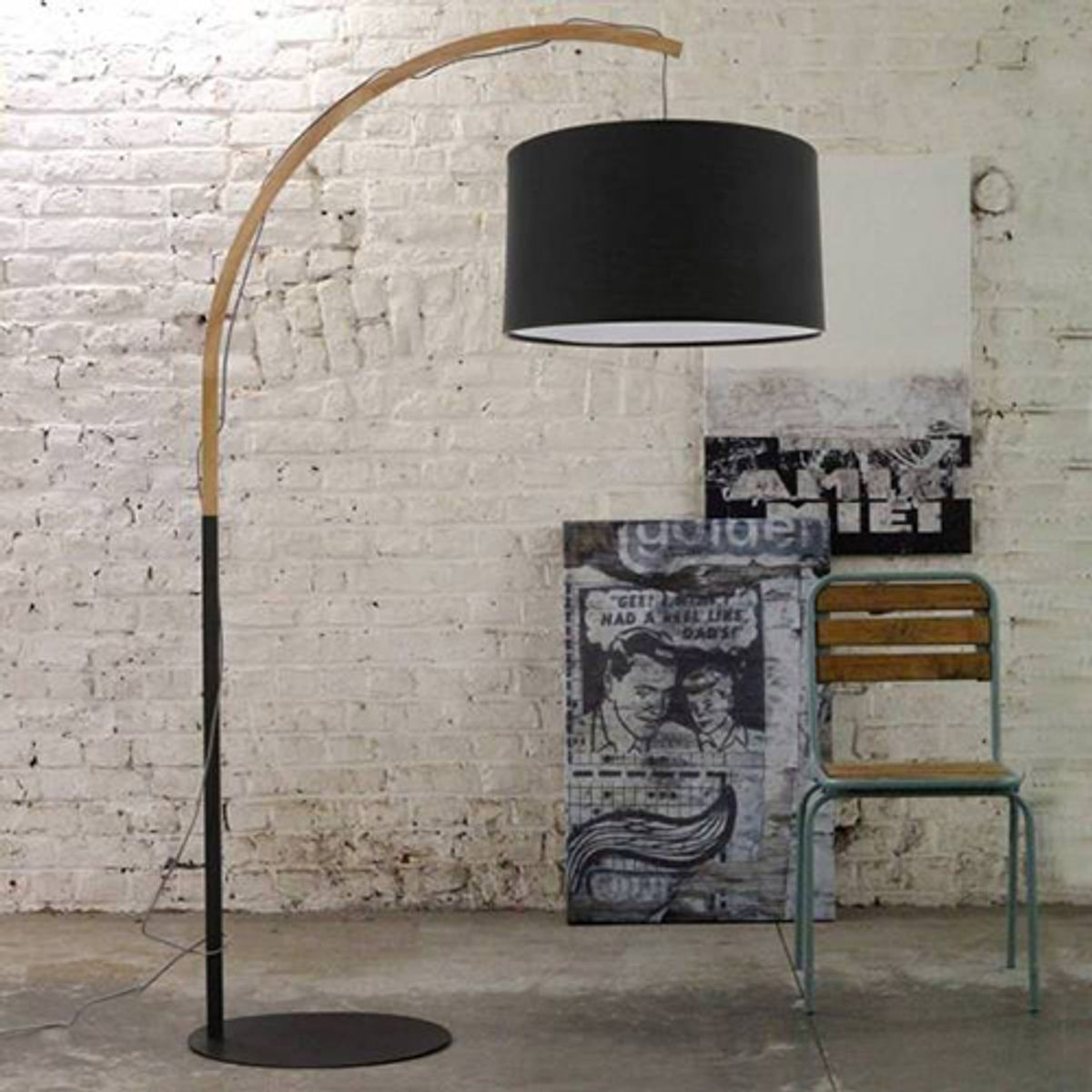 lampadaire arqu en m tal noir et bois clair clint red cartel decoclico. Black Bedroom Furniture Sets. Home Design Ideas