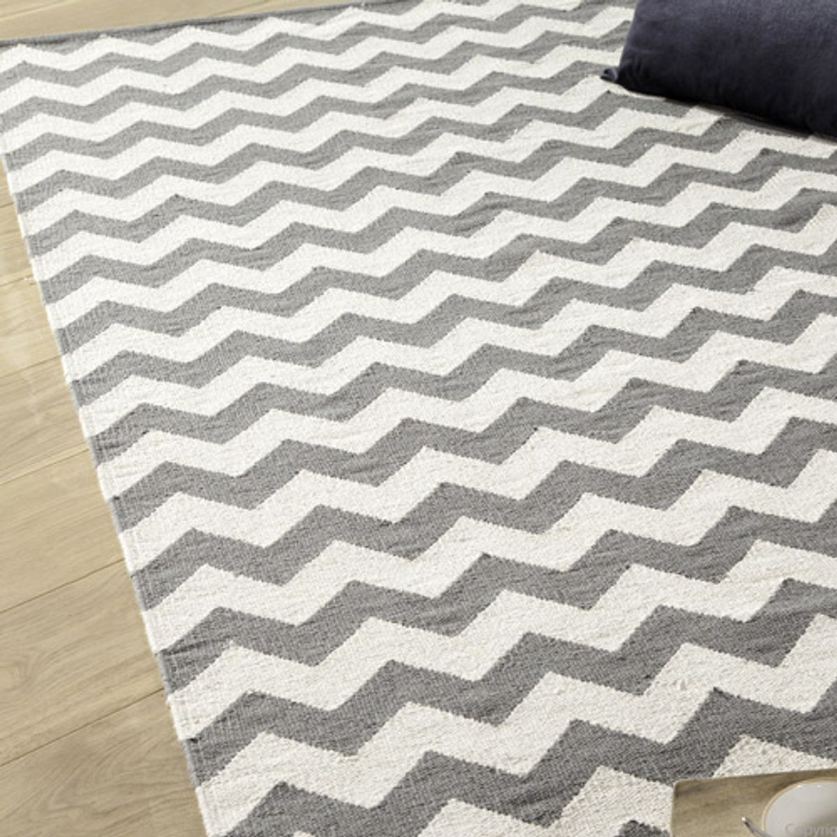 tapis 100 coton tiss main chevrons acari gris decoclico. Black Bedroom Furniture Sets. Home Design Ideas