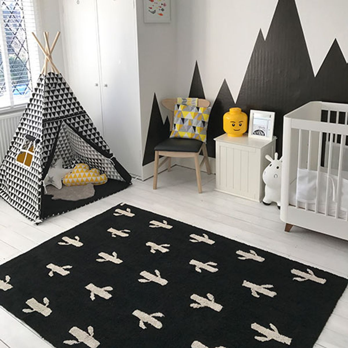 tapis enfant en coton noir et imprim blanc cactus lorena canals decoclico. Black Bedroom Furniture Sets. Home Design Ideas